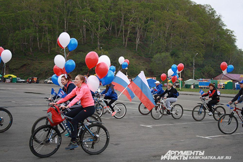 Велосипедисты единой колонной проследовали по Озерновской косе в направлении площади имени В.И. Ленина.