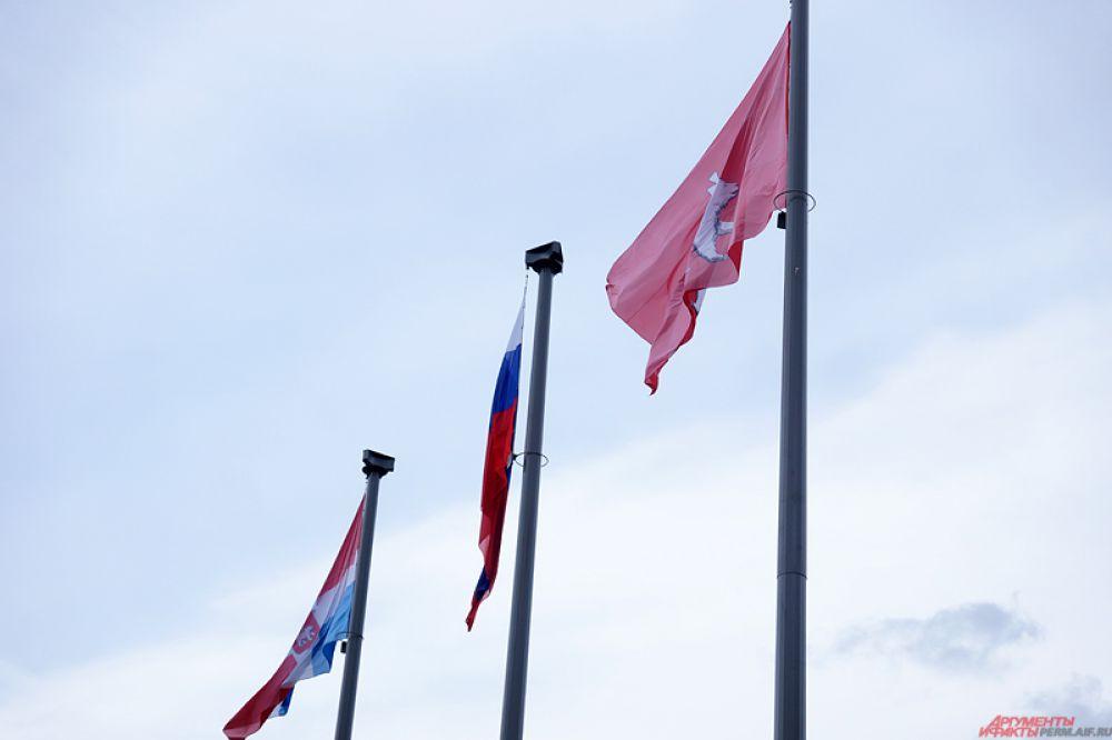 На эспланаде были подняты три флага – России, Пермского края и Перми.