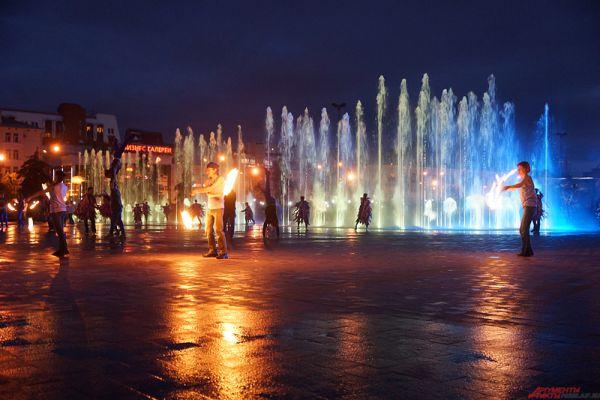 В завершении длительной программы Дня города состоялось новое светомузыкальное шоу фонтана.