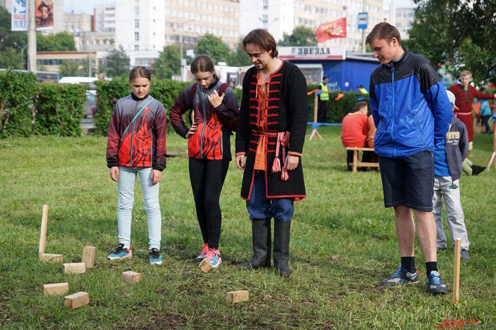 Со стороны улицы Попова находился сектор кузнечного мастерства «Горнило Сварога».
