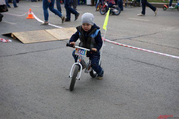 Гонки на маленьких велосипедах среди малышей.