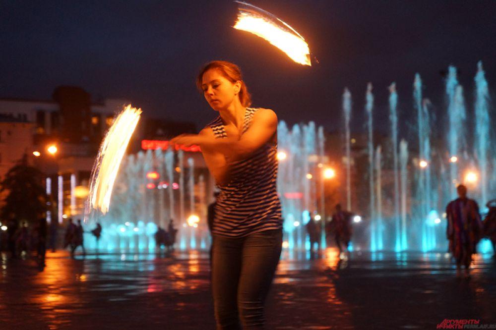 Перед зрителями выступили артисты в сопровождении фонтанных струй.