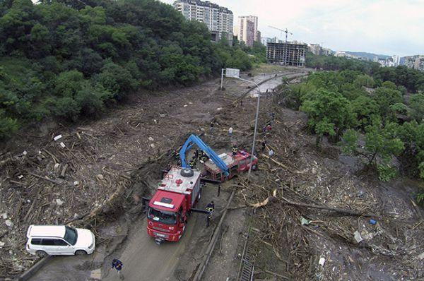 По последним данным, в Тбилиси погибли 13 человек. Более 20 пропали без вести.