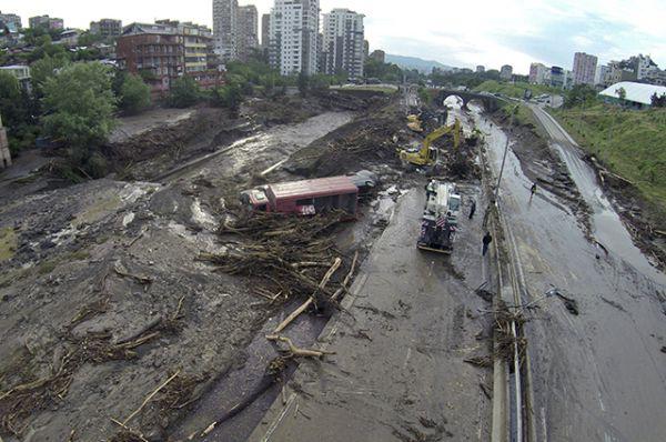 В ночь на 14 июня в Тбилиси прошел сильный ливень, в результате река Вере вышла из берегов и подтопила все жилые дома в прибрежной зоне.