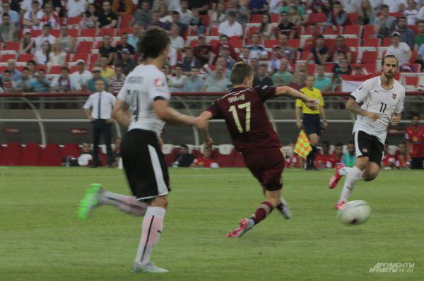 Шатов бьет по воротам сборной Австрии