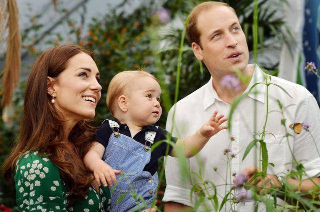 Кейт Миддлтон, принц Уильям с первенцем Джорджем Александром Луи.