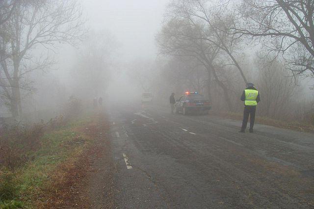 В туман ухудшается видимость на дорогах.