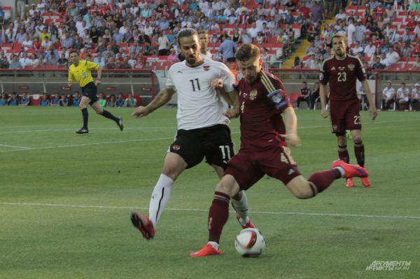 Иван Новосельцев борется за мяч с автрийским полузащитником