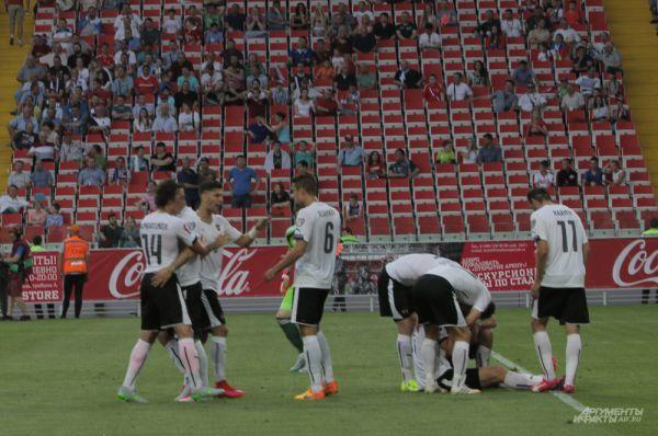 Сборная Австрии отмечает гол, забитый в ворота сборной России