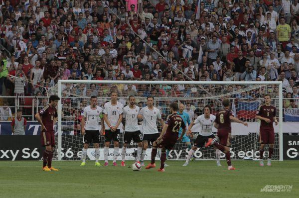 Дмитрий Комбаров исполняет штрафной удар у ворот сборной Австрии