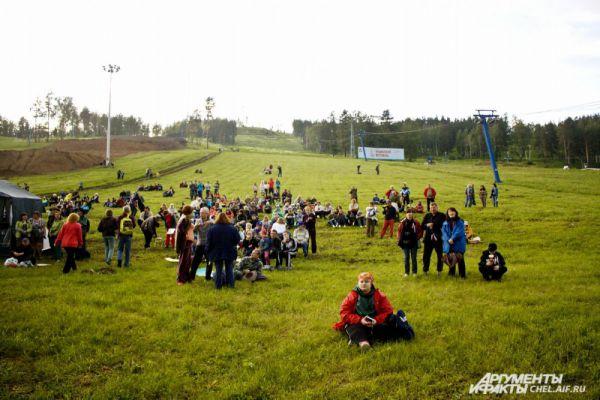 Незадолго до открытия, зрители занимают места на поляне перед главной сценой.