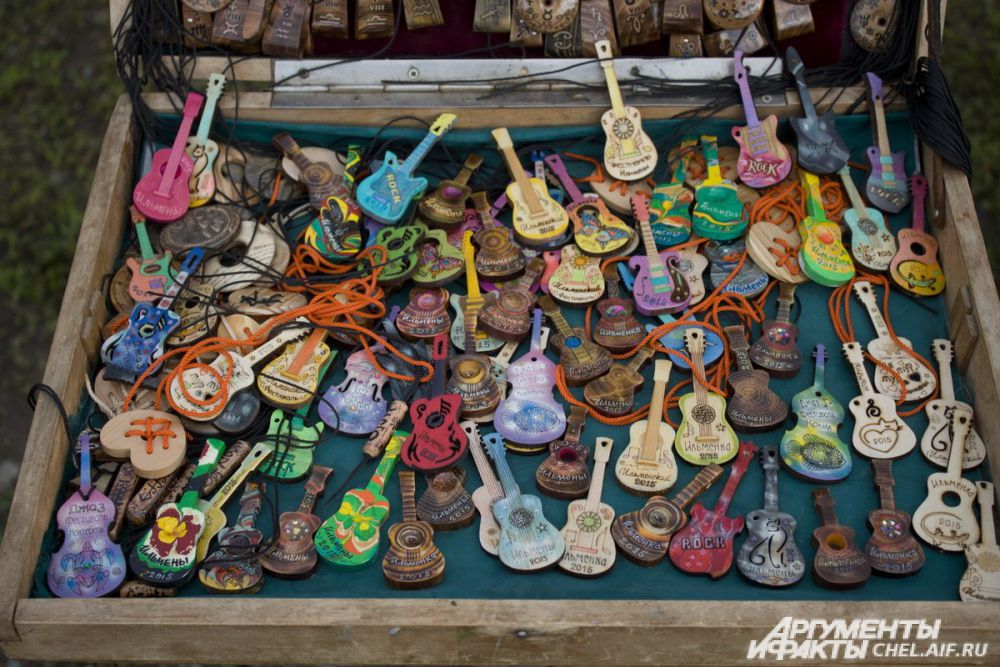 В память об «Ильменке» каждый желающий мог приобрести символ фестиваля - магнит в виде гитары.