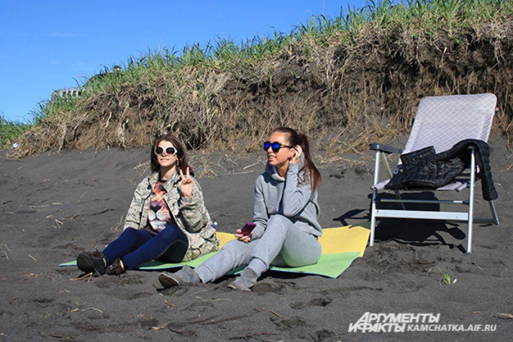 Когда сидишь на чёрном камчатском песке, тепло.