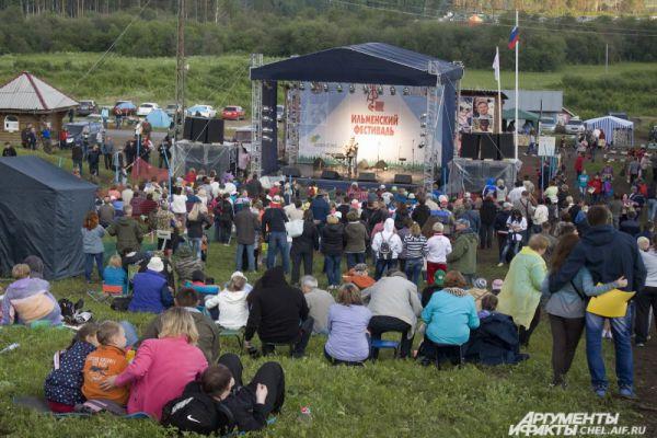 В разгар концерта зрителей стало значительно больше.