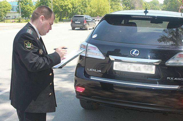 Престижный автомобиль был арестован за долги владельца.