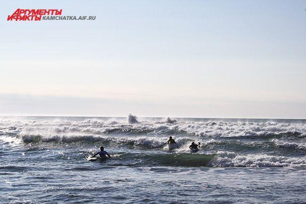 Кататься сёрфингисты приезжают на берег Тихого океана ещё до рассвета, именно в это время волна самая подходящая.