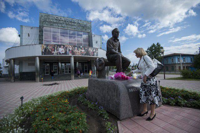 Перед зданием драмтеатра в Таре не так давно установили памятник Ульянову.