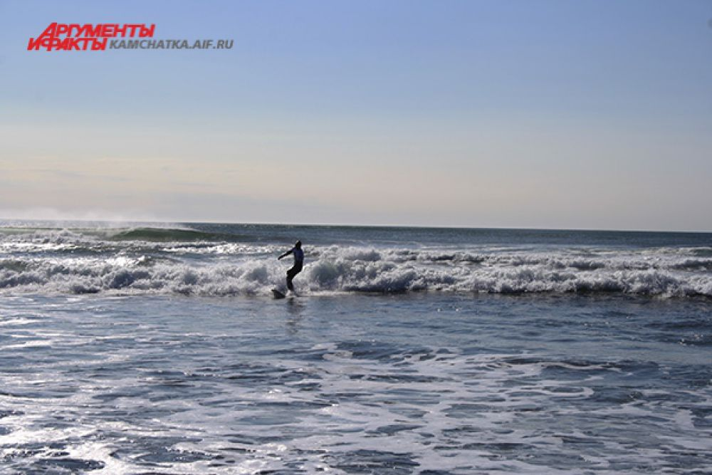 Океан встретил сёрферов большими волнами...