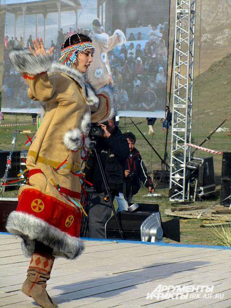 Участница из Якутии станцевала национальный эвенкийский танец.