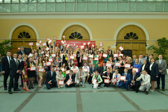 Стипендиаты на церемонии награждения в Москве.