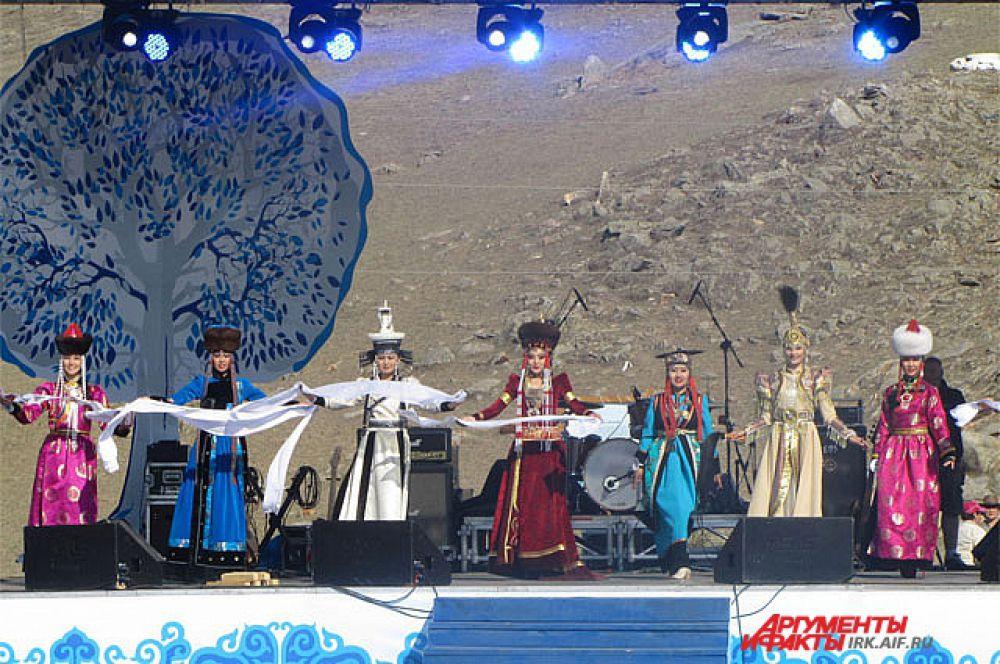 Участницы продемонстрировали народные наряды.