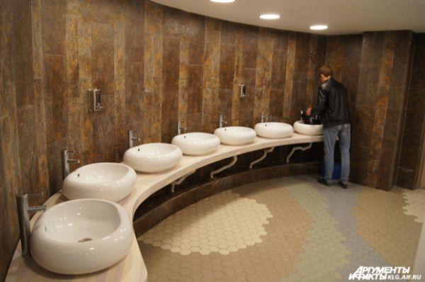 В туалетных комнатах пока еще нет зеркал.
