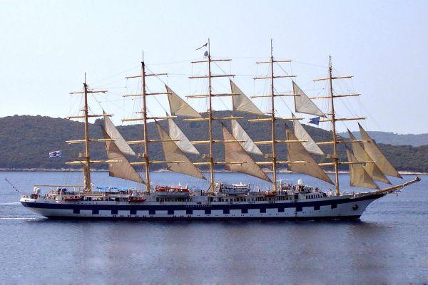 Royal Clipper — пятимачтовое четырёхзвёздочное круизное парусное судно, построенное по образу и подобию «Пруссии» (1902—1910). Было разработано Зигмунтом Хоренем (Zygmunt Choreń), польским специалистом по корабельным устройствам, принято в эксплуатацию в 2000 году и является самым длинным парусным судном в мире, вмещающим 227 пассажиров.