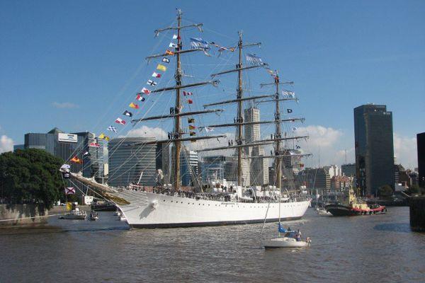 ARA Libertad (Q-2) –  учебное парусное судно аргентинских ВМС. Был построен в 1950-х годах на верфи «Рио-Сантьяго» вблизи Ла-Платы. Первый выход в море был в 1962 году. Длина (с бушпритом): 103,75 м; Ширина: 14,31 м; Осадка: 6,60 м; Водоизмещение: 3765 т; Мачты: 3; Экипаж: 357 чел. В 1966 году корабль установил мировой рекорд для трансатлантических плаваний (только парусные суда) между Cape Race (Канада) и Dursey Island (Ирландия) — 1741,4 морских миль (3225,1 км) за 6 дней и 4 часа.