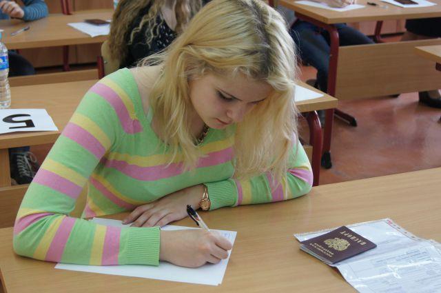 Омские школьники продолжают сдавать ЕГЭ.