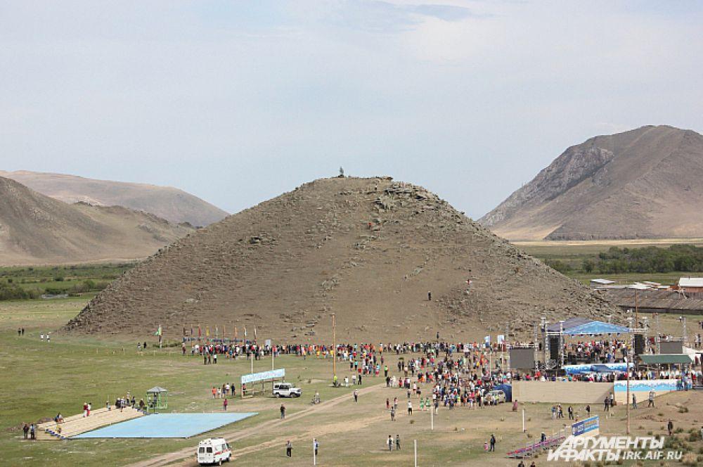 Главный момент игр - большой хоровод. Люди собираются, чтобы замкнуть в круг священную гору Ёрд.