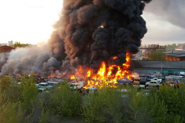 «Майдан» в Засвияжском районе: горят старые автомобили и резина. Возгорание произошло из-за нарушения сварщиком техники безопасности.