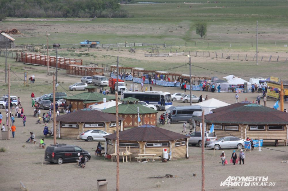 Для гостей фестиваля были устроены юрты-кафе и многочисленные сувенирные палатки.