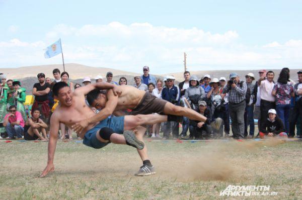 Зрелищные бои собрали вокруг себя большое количество зрителей.