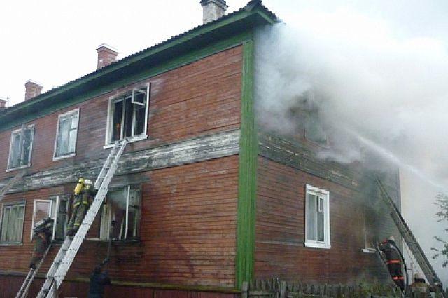 Огнеборцы спасают ребёнка из горящего здания.