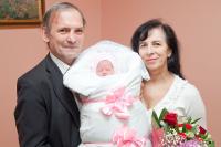 Новоиспеченные родители на выписке из роддома