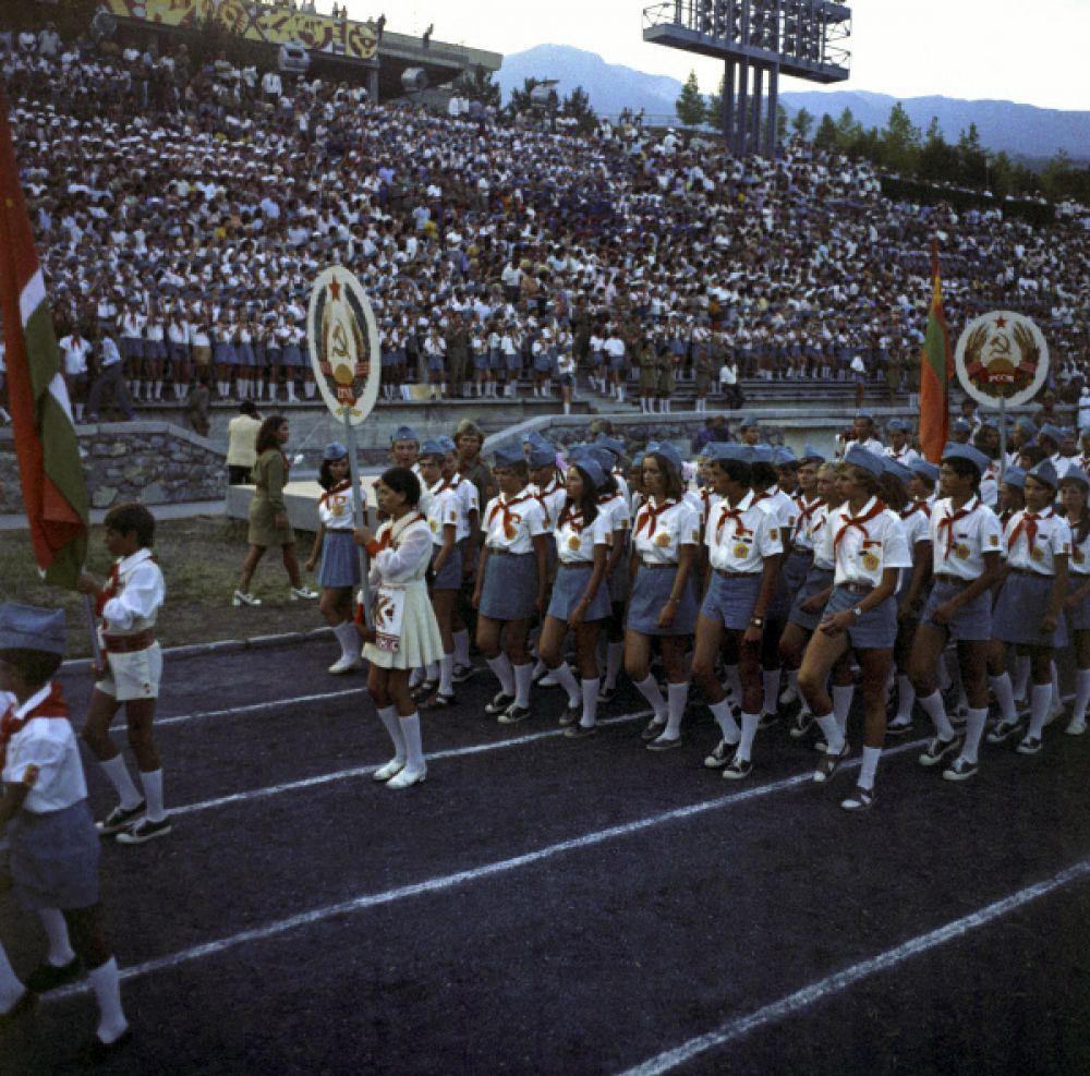 В 1930 году «Артек» отметил свое пятилетие открытием второго лагеря. Теперь в «Артеке» появились «Нижний» и  «Верхний» лагеря. Количество детей в смену увеличилось с 80 до 200,  а в год  - до 2 040 детей.