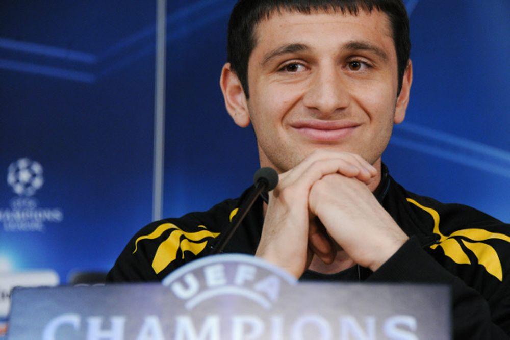 Сообщалось, что игроком интересуется целый ряд топовых английских клубов. Однако Алан Дзагоев с уверенностью заявил журналистам, что не собирается покидать ЦСКА.