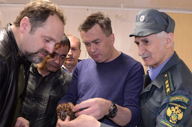 Министру демонстрируют живой гребешок.