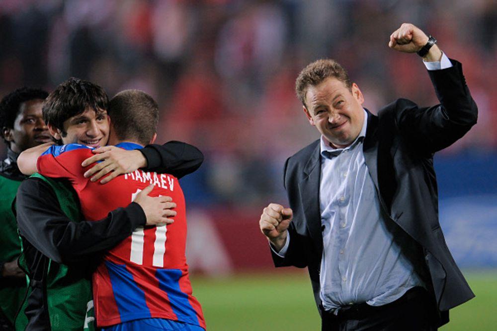 Летом 2009 года в ЦСКА пришел новый тренер, у которого с Аланом возникли небольшие разногласия. В результате конфликта Дзагоев потерял место в основе, и ему пришлось сесть на скамейку запасных.