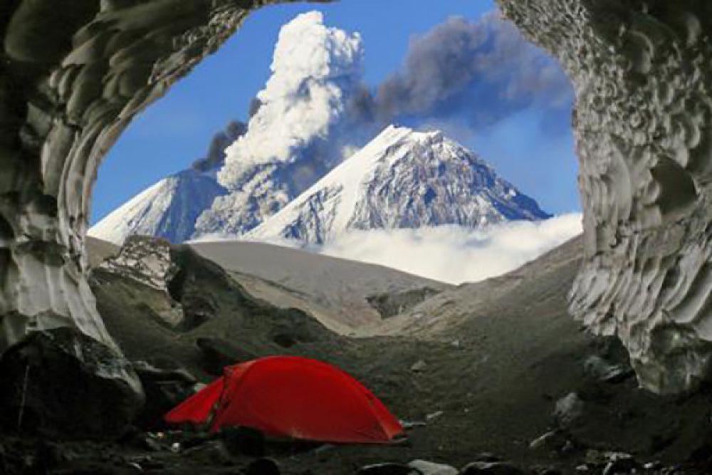 Лучшей в номинации «Природа Камчатки» признана работа Юрия Калинина «В ледяную пещеру мы в тумане спрятались от циклона. А наутро…». В качестве приза ему досталась вертолётно-пешеходная экскурсия в Долину гейзеров.