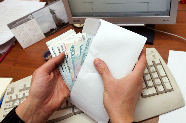 Женщина обманула работодателя на 400 тысяч рублей.