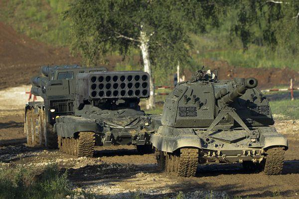 Колонна военной техники во время демонстрационной программы.