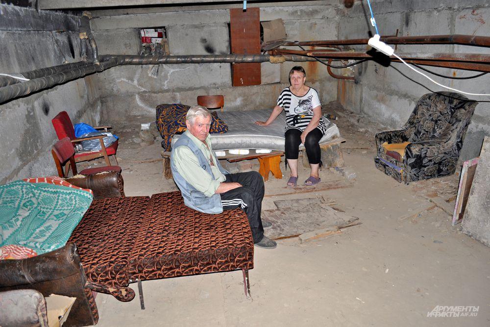 Местные жители с радостью показали нам, как они всё обустроили. Многие вещи нашли на мусорке: диваны, кресла - всё пригодится. На ночь уходят спать в подвал, потому что ночью бомбят ещё сильней.