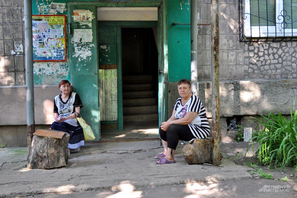 Окраина. Типичные бабушки у подъезда уже боятся сидеть на лавочке, поэтому сидят прямо у дверей и с открытым подвалом, чтобы успеть забежать в самодельное бомбоубежище.