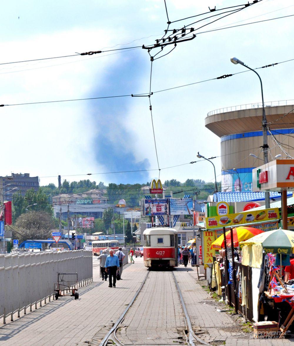 Единственное, что в мирной части города напоминает о войне - это военная техника и дым, который иногда виден с обстреливаемых окраин.