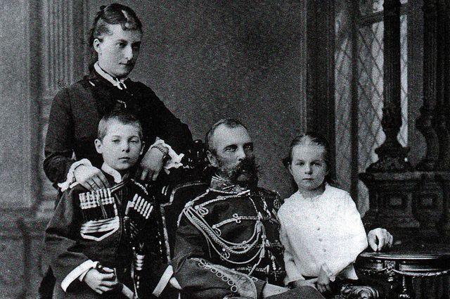 Александр II с Екатериной Долгоруковой и их детьми Георгием и Ольгой.
