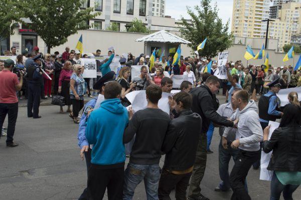 Как активисты пикетировали посольство США в Киеве
