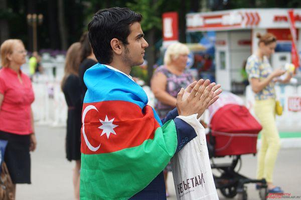 Зритель, пришедший поддержать команду из Азербайджана.