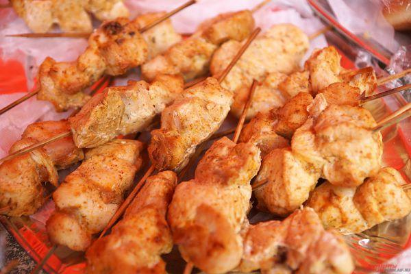 Также для всех желающий повара готовили аппетитную восточную кухню: шашлыки, хинкали, плов и другое.