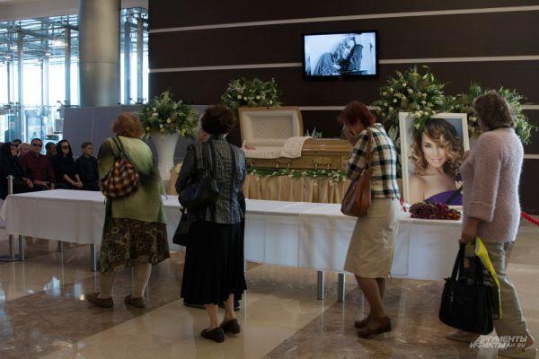 Проститься с Жанной Фриске пришли тысячи поклонников